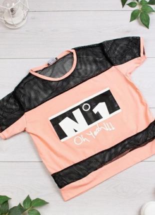 Стильная розовая персиковая с черным футболка с надписью оверсайз сетка