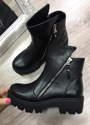 Демисезонные кожаные ботинки на тракторной подошве с замками по бокам