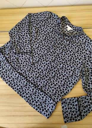 Блуза бледно голубая с темно миними листочками.