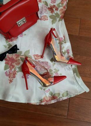 Стильные красные лаковые туфли лодочки