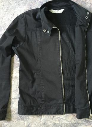 Куртка ветровка черная короткая на молнии,на подкладке, воротник-стойка
