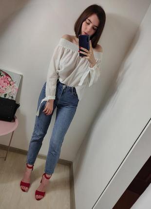 Женская белая блуза на плечи