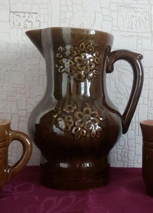 Глиняный кувшин и две чашки