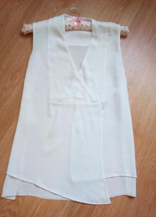 Белоснежная блуза интересного кроя.