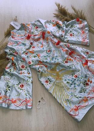 Шикарное платье с вышитым рисунком