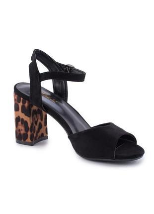 Чёрные летние замшевые босоножки на леопардовом толстом каблуке