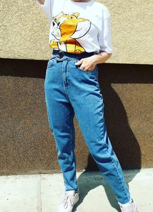 Крутые мом джинсы с завышенной талией и крупным  люверсом на поясе