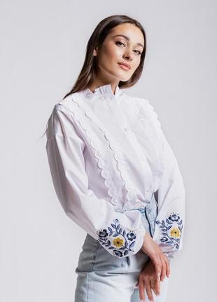 Блуза с вышитыми рукавами