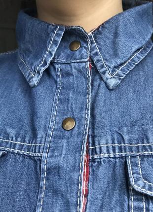 Синяя джинсовая рубашка