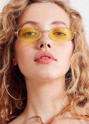 Аккуратные прямоугольные в металлической оправе очки от солнца желтые дымчатые