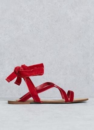 Красные сандали с бархатной тесьмой