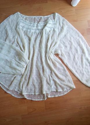 Прозрачная блуза с объёмными рукавами.