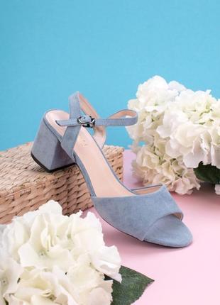 Летние замшевые голубые босоножки на толстом каблуке
