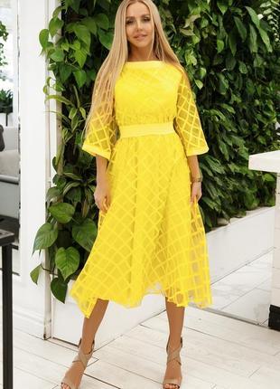 Желтое женское платье из органзы