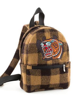 Крутой рюкзак из шерсти в клетку с вышивкой тигра.