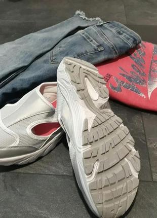 Необычные летние кроссовки с эффектом памяти