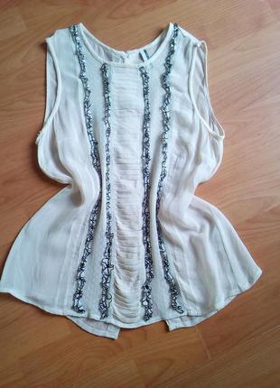 Прозрачная блуза с вышивкой и пуговицами на спине.