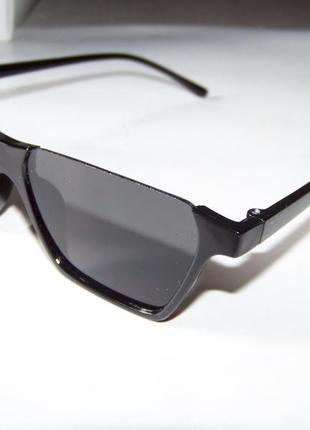 Полуободковые прямоугольные черные солнцезащитные очки с серой дымчатой линзой6 фото
