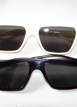 Полуободковые прямоугольные черные солнцезащитные очки с серой дымчатой линзой5 фото