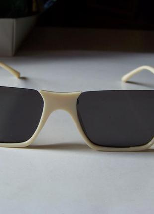 Полуободковые прямоугольные бежевые солнцезащитные очки с серой дымчатой линзой3 фото