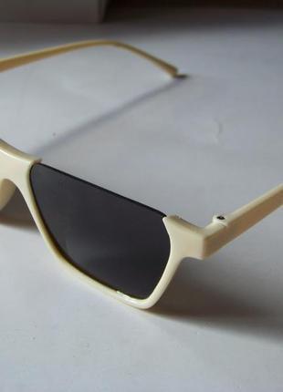 Полуободковые прямоугольные бежевые солнцезащитные очки с серой дымчатой линзой