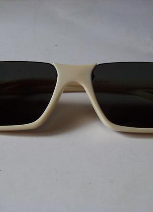 Полуободковые прямоугольные бежевые солнцезащитные очки с серой дымчатой линзой4 фото