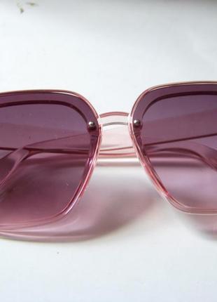 Солнцезащитные розовые очки-трапеции с дымчатой линзой-накладкой5 фото