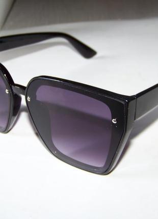 Солнцезащитные черные очки-трапеции с дымчатой линзой-накладкой2 фото