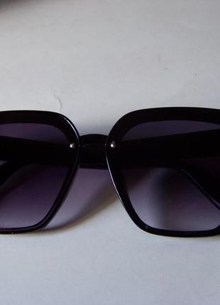 Солнцезащитные черные очки-трапеции с дымчатой линзой-накладкой5 фото