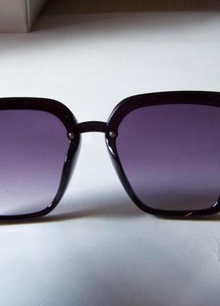 Солнцезащитные черные очки-трапеции с дымчатой линзой-накладкой6 фото