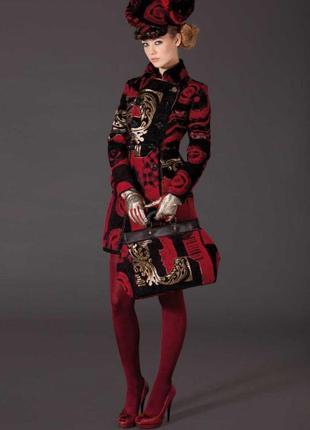 Стильное пальто из капсульной колекции испанского бренда совмесно с кристианом лакруа