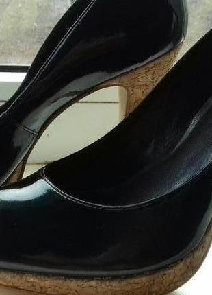 Очень красивые лакированные туфли.
