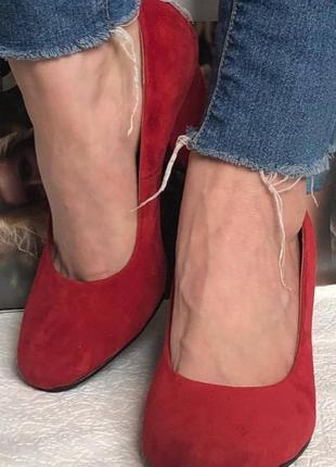 Женские туфли классические красная натуральная замша на среднем каблуке удобные