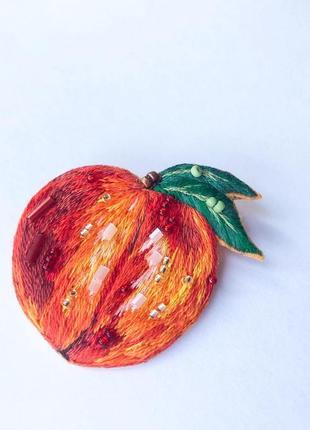 Брошь персик
