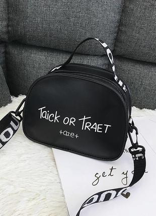 Стильная чёрная сумка на ремешке