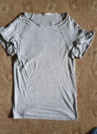 Базовая футболка с оборками на плечах