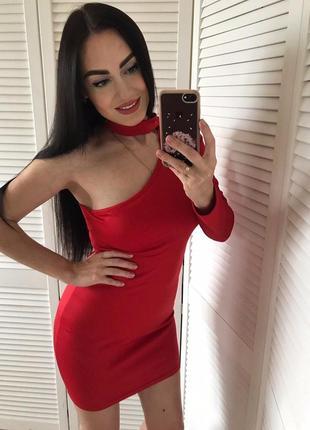 Платье с чокером на одно плече
