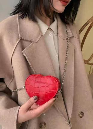Маленькая красная сумочка в форме сердца