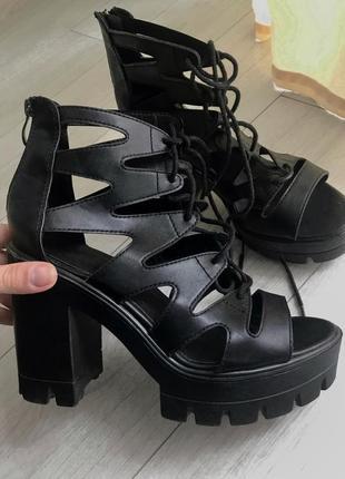 Босоножки на шнуровке римлянки на платформе и высоком каблуке