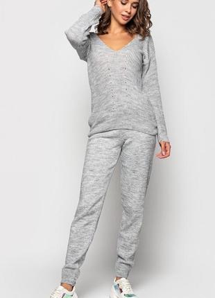 Прогулочный серый вязаный костюм