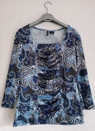 Стрейчевая кофта футболка с драпировкой в красивый яркий принт пейсли