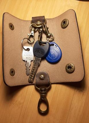 Кожаная ключница ручной работы на три карабина2 фото