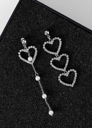 Стильные асимметричные серьги с цепочкой за мочкой уха сердце