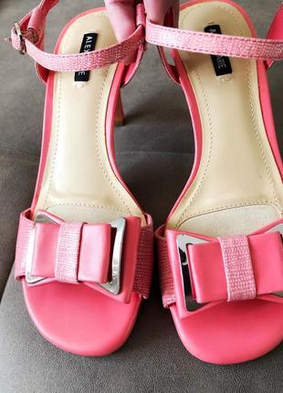 Нові рожеві босоніжки