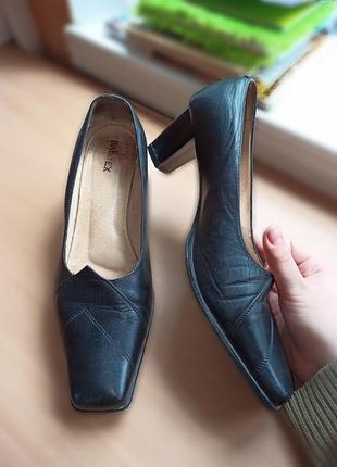 Женские стильные туфли с квадратным мысом на большую ножку