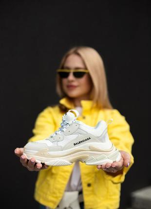 Замечательные женские кроссовки balenciaga triple s белые