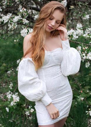 Романтичное белое платье с пришитым руквом