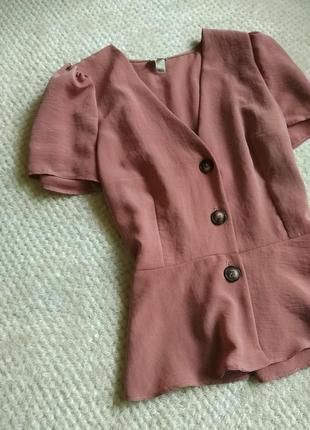 Блуза пудроаого цвета на пуговицах с коротким рукавом .