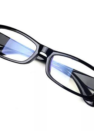 Очки прозрачные.