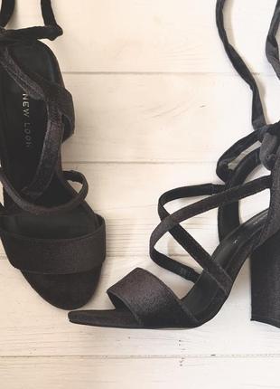 Трендовые босоножки серого цвета new look удобная колодка